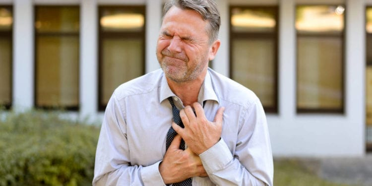 Si eres hombre y tienes estos síntomas, cuidado: puede ser un infarto