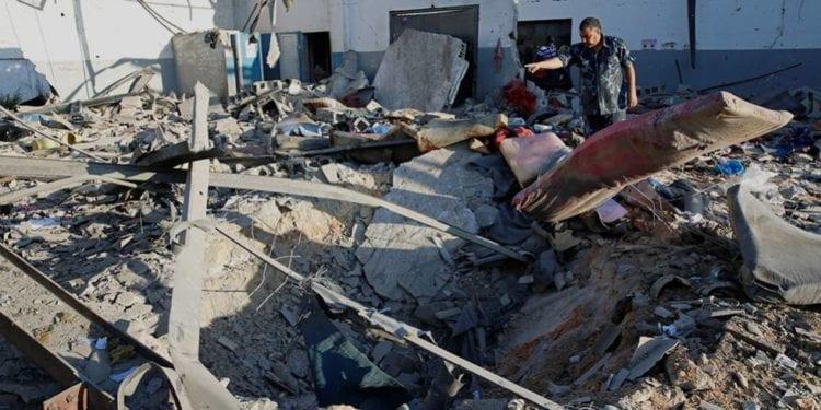 Al menos 40 muertos tras un bombardeo en un centro de migrantes en Trípoli