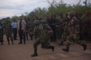 Nguema Obiang Mangue visita el batallón de Olong de Micomiseng.