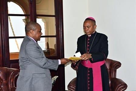 BANGE entrega a la Archidiócesis de Malabo un cheque de 55 millones de FCFA para la reconstrucción de la Catedral