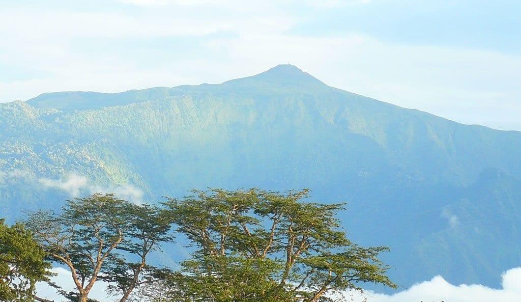 La principal altura es el Pico Basilé (3.018 m)