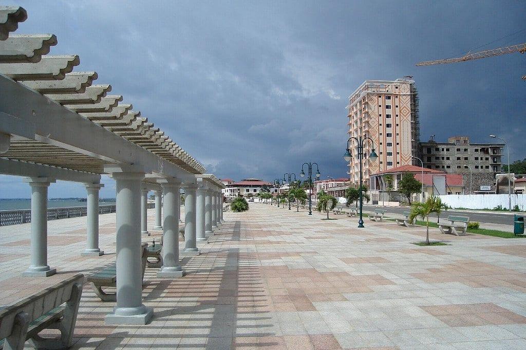 Vista del paseo marítimo en la ciudad de Bata, Republica de Guinea Ecuatorial