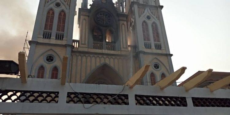Los bomberos sospechan que el incendio de la catedral de Malabo pudo ser provocado