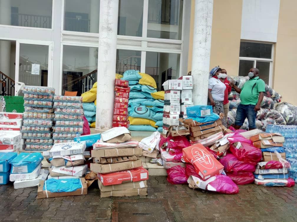 Viudas, madres solteras y personas de tercera edad del barrio Santa María III, reciben la donación de una vecina