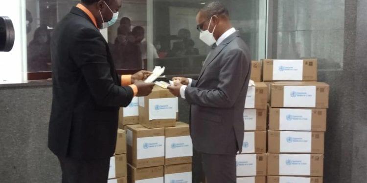 La OMS entrega al Ministerio de Sanidad unos 15,000 hisopos para la toma de muestras de Covid-19