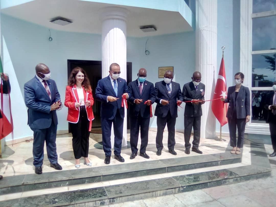 En el acto estuvieron presentes el Ministro de Asuntos Exteriores turco Mevlüt çavusoglu, su embajadora, la Señora SEBNEM CENK en Malabo, así como el Ministro ecuatoguineano de Asuntos Exteriores, Simeón Oyono ESONO ANGUE
