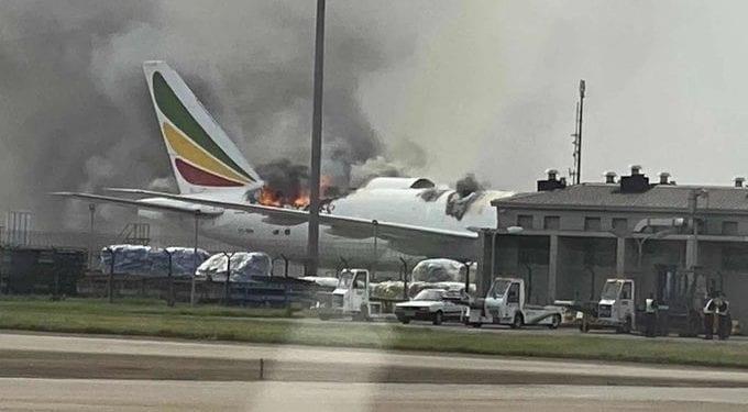 Un avión de carga de Ethiopian Airlines se incendia en el aeropuerto de Shanghái