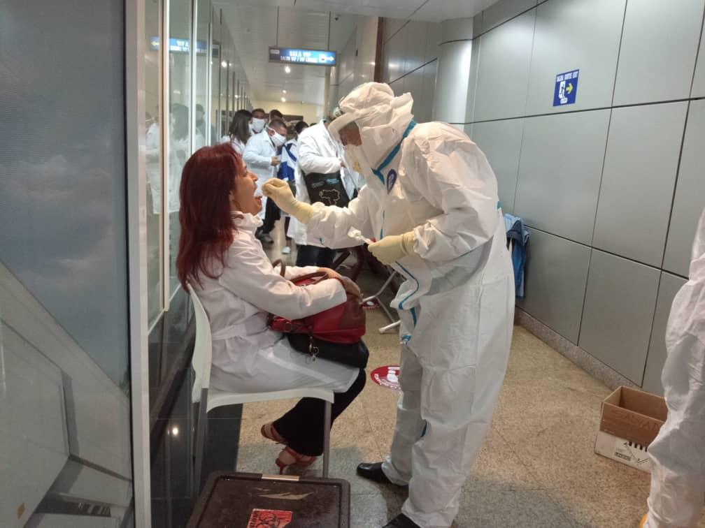Llegan a Guinea Ecuatorial 76 médicos cubanos para apoyar al país en la lucha contra el coronavirus