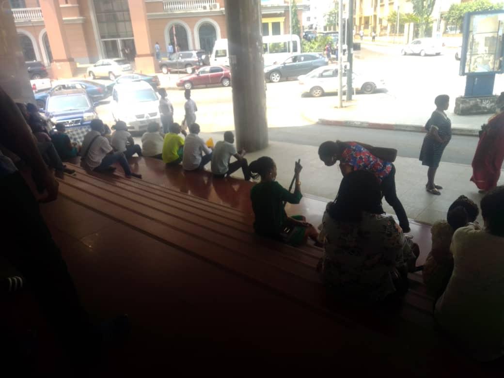 Ex-emplados de Manso Expréss protestan al frente del ministerio de trabajo