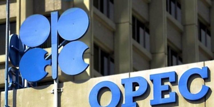 OPEP y Rusia estudian mayores recortes en producción petrolera: fuentes
