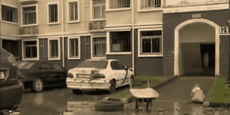 Los moradores de las viviendas sociales de Maqueda denuncian los malos olores de las tuberías rotas