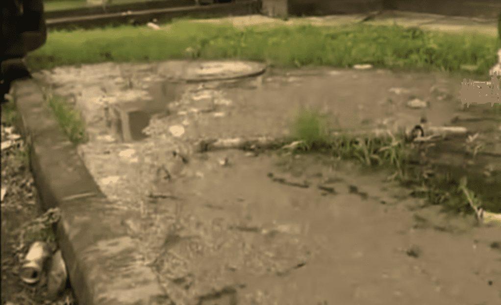 Los moradores de las viviendas sociales de Maqueda denuncian los malos olores por la avería de las tuberías