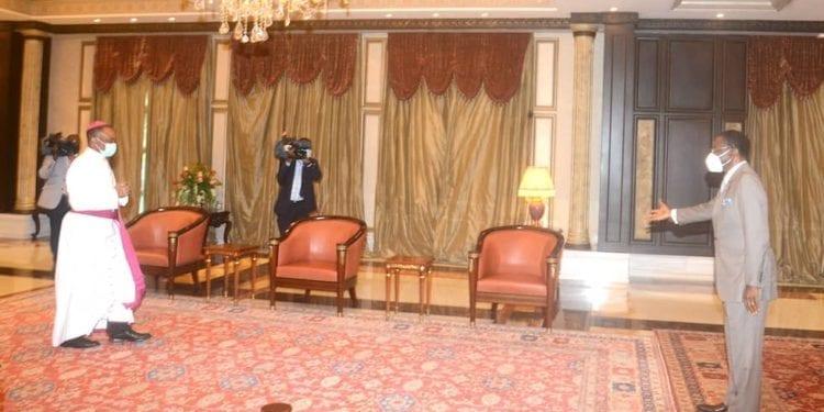 El Presidente conversa con el Arzobispo sobre la rehabilitación de la Catedral de Malabo en un periodo corto