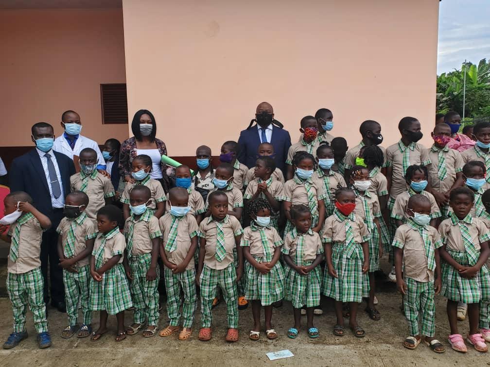 El poblado de Manuel Villa ubicado en el distrito de Riaba se beneficia de un centro educativo donado por una familia.