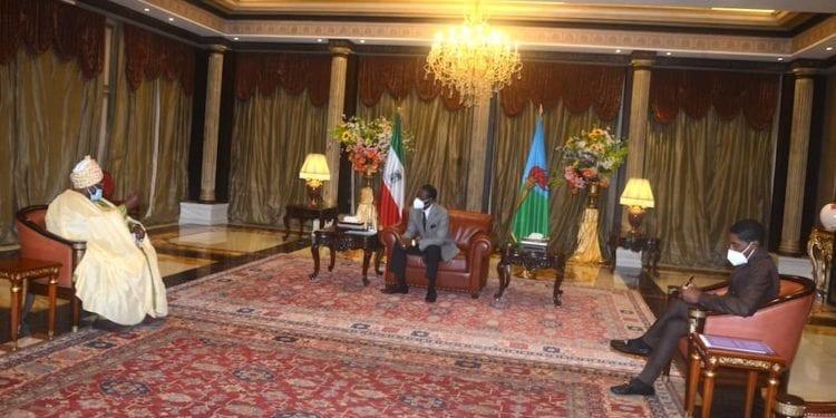 El presidente Obiang recibe al Sultán de BAMOUN-CAMERÚN.