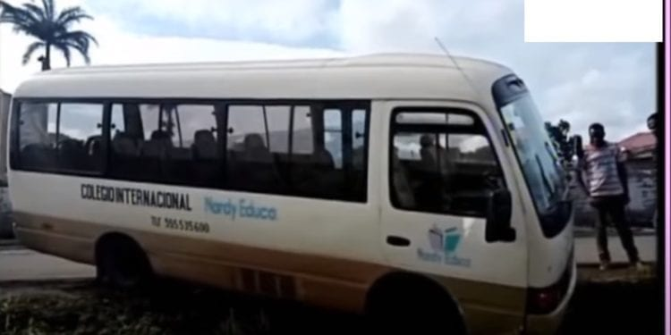 Un autobús del Colegio Internacional Nardy Educa pierde el control y choca con los bordes de la carretera de Sampaka