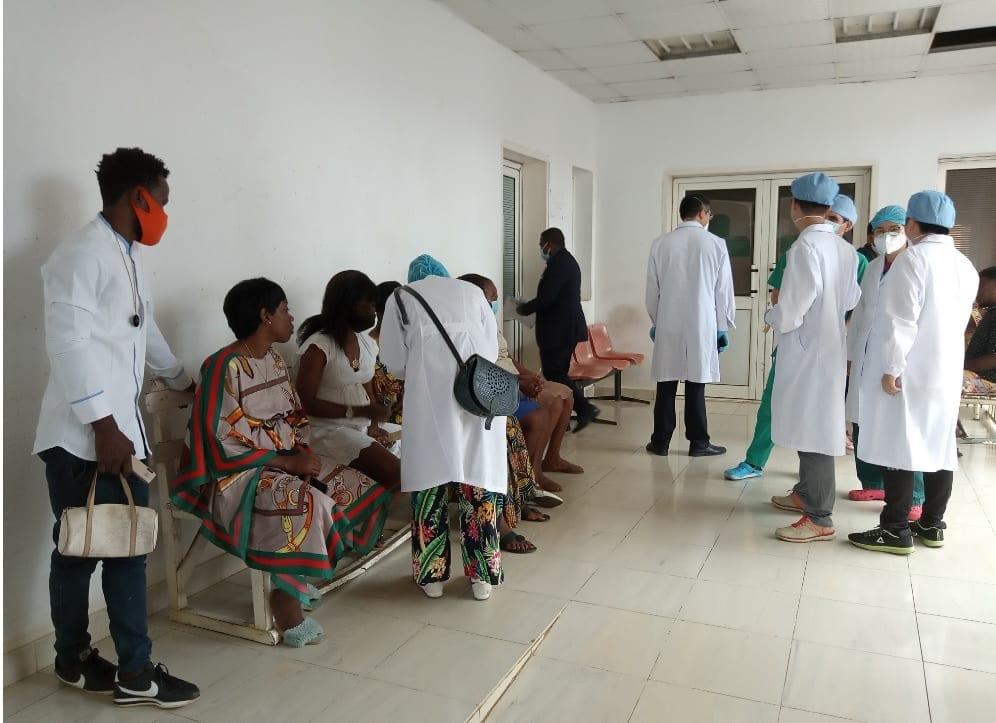 Un grupo de Médicos Chinos realiza Operaciones gratuitas a personas con discapacidad visual