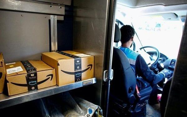 Detienen a 5 empleados de Amazon por robar medio millón de euros en teléfonos móviles