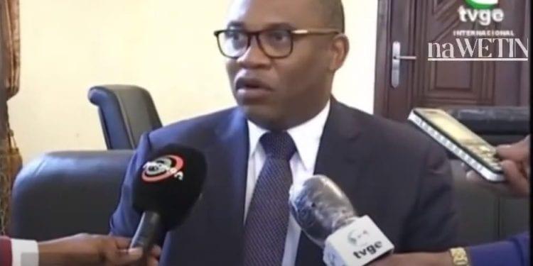 El ministro de Hacienda toma contacto con los funcionarios de Bata