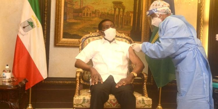 El Presidente Obiang Nguema Mbasogo recibe la primera dosis de vacuna contra la Covid-19