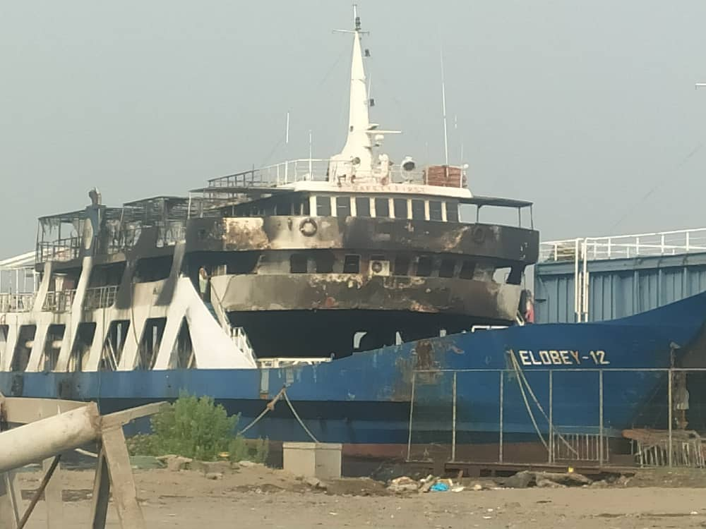 ÚLTIMA HORA: Arde el barco Elobey 12 en el puerto de Malabo