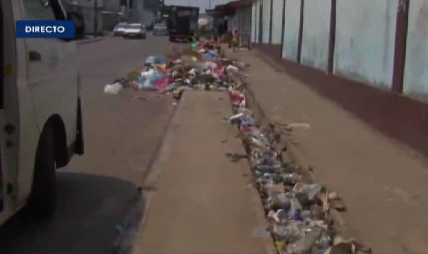 La basura toma las calles de la ciudad de Bata
