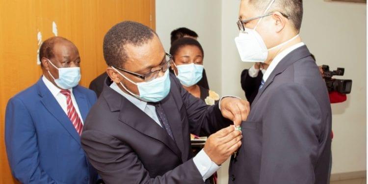 Guinea ecuatorial condecora a 21 médicos chinos con la medalla de la independencia