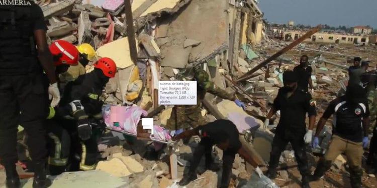 Explosiones en Bata: El equipo de rescate encuentra con vida a una niña de unos 5 años bajo los escombros