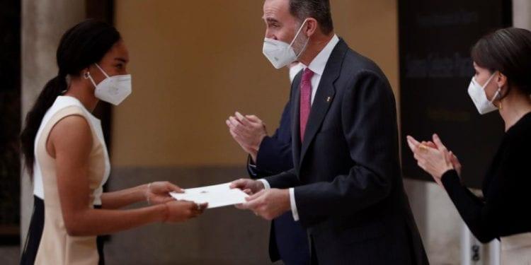 Felipe VI entrega el premio de mejor deportista menor de 18 años en España, a la ecuatoguineana Salma Celeste Paralluelo Ayingono