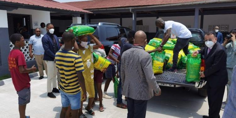 Expertos chinos de la Granja Piloto de Niefang donan arroz y verduras a los afectados de la explosión de Bata