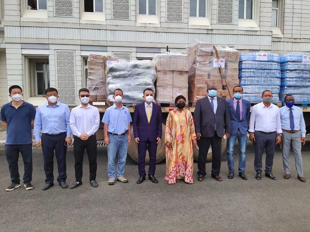 La Cámara de Comercio de China dona productos alimenticios a las víctimas de las explosiones en Bata