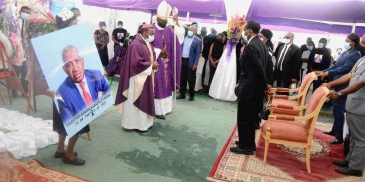 Autoridades y familiares despiden a Celestino Bonifacio Bakale en su poblado natal