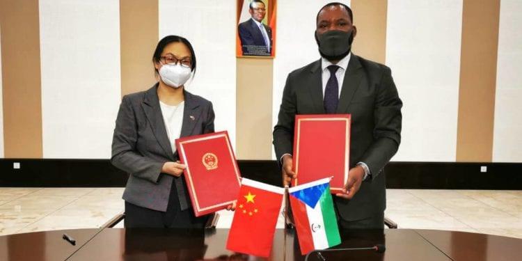 El Gobierno Chino junto con la Cruz Roja de China han entregado su donación en efectivo para ayudar a los damnificados de Bata