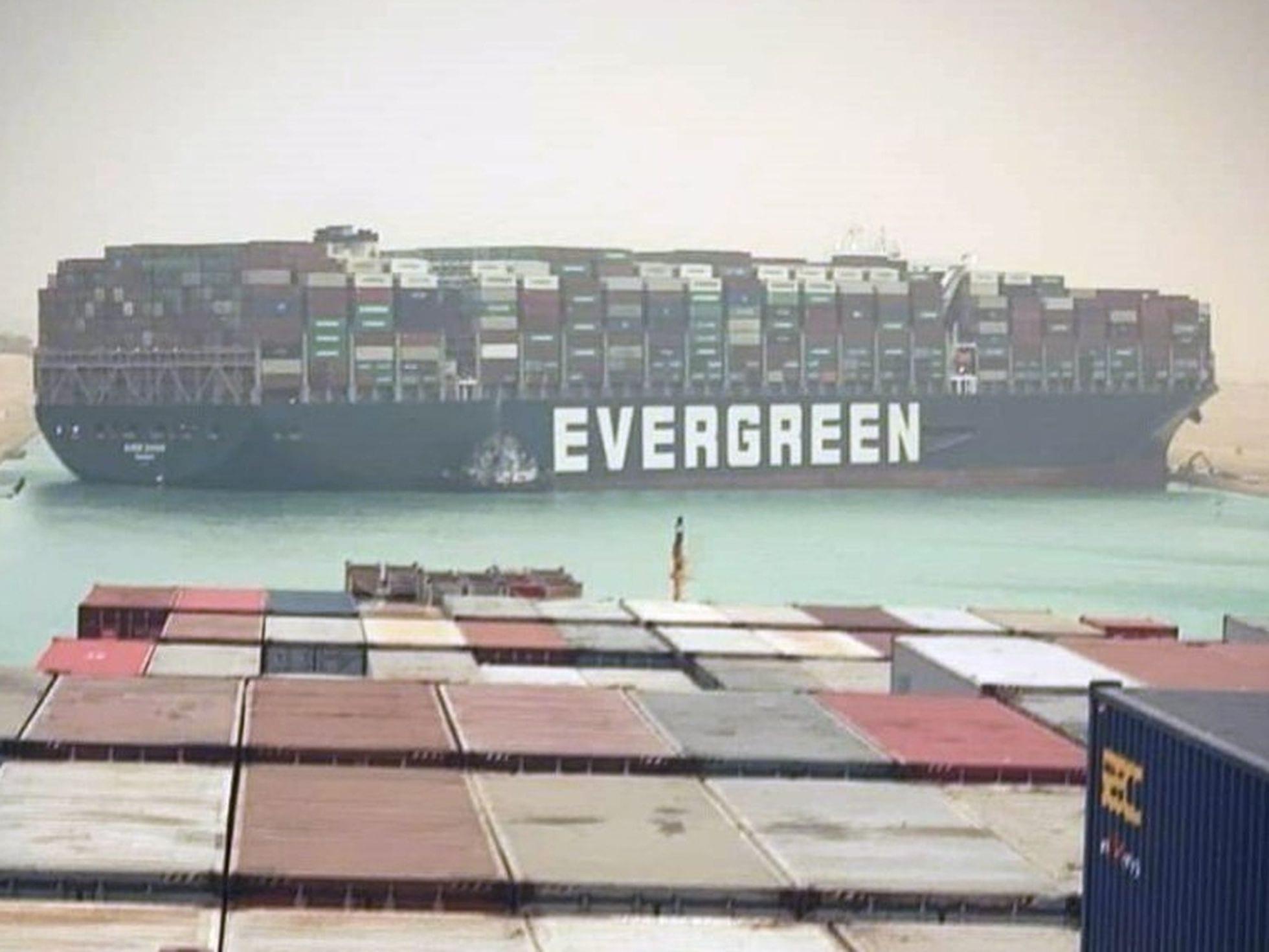 Un megabuque provoca el caos en el Canal de Suez y atasca el comercio global