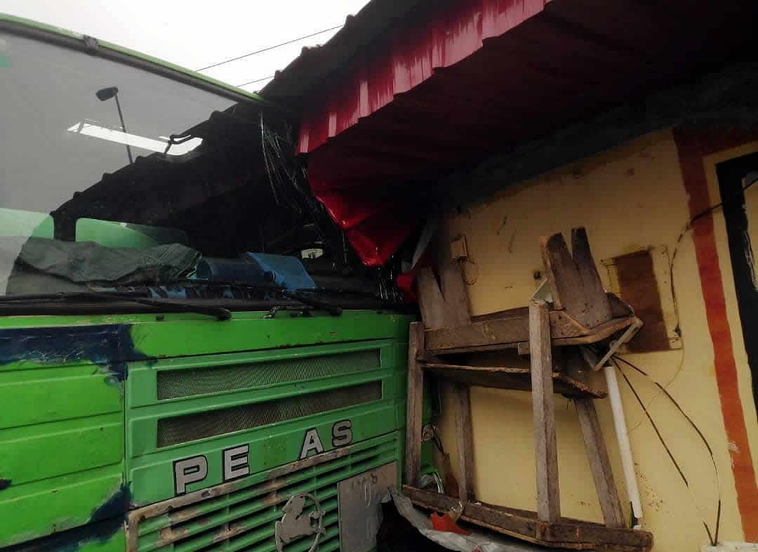 Un camión cisterna impacta contra una vivienda en Elá-Nguema