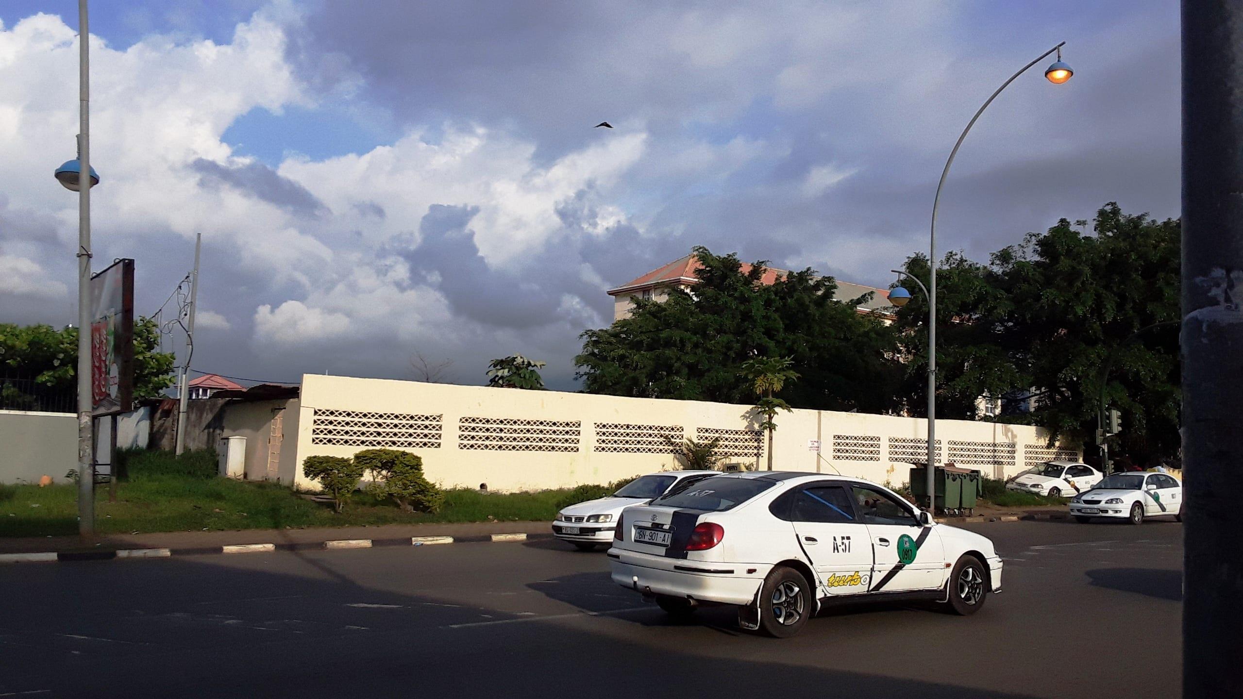 La policía municipal vuelve a sorprender a jóvenes lavando coches en las vías públicas, entre ellos, menores de edad