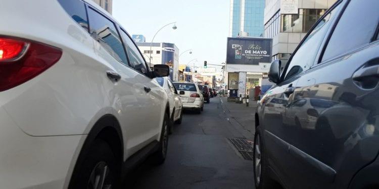 La policía municipal vuelve a sorprender a jóvenes lavando coches en las vías públicas, entre ellos, un menor de edad
