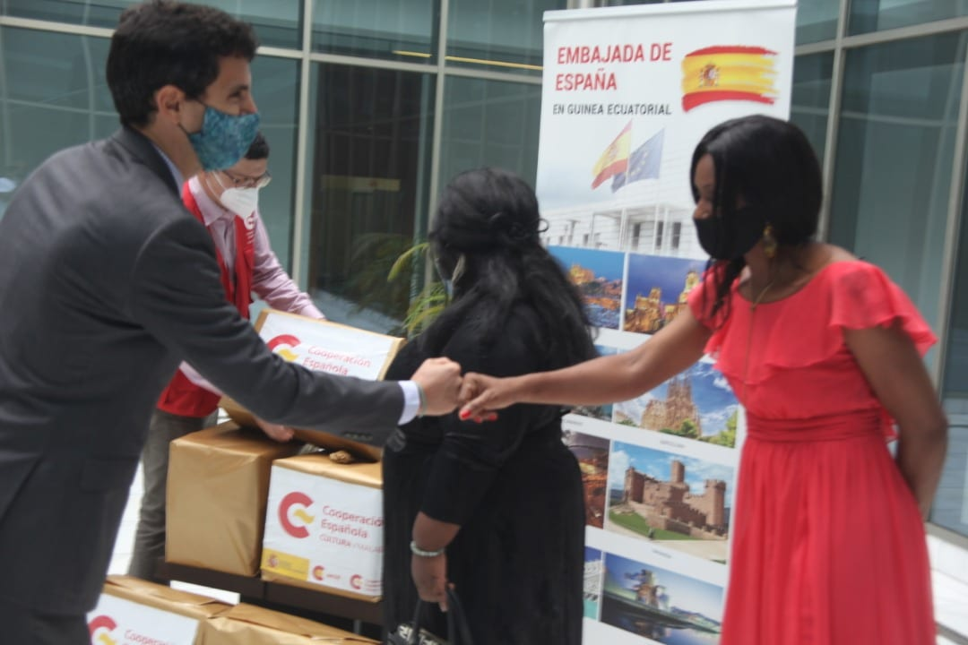 El espacio de Formación Profesional para Mujeres y Niños (MOSART) de Basupú recibe un lote de libros donado por los Centros Culturales de la Embajada de España en Guinea Ecuatorial