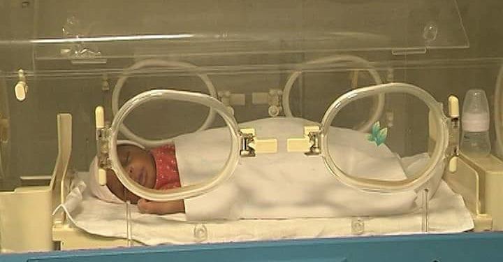 Hallan un bebé con vida envuelto en un plástico dentro de un contenedor de basura en Malabo