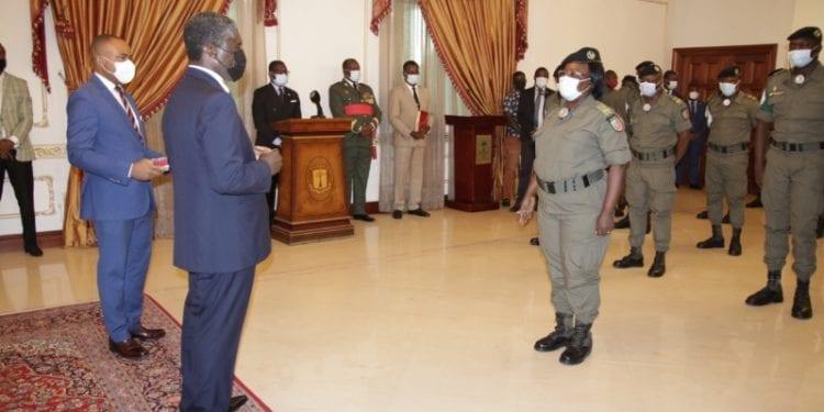 teodoro Nguema Obiang Mangue preparándose para condecorar a los médicos congoleses