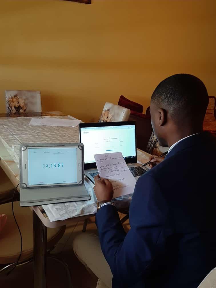Dos estudiantes finalistas defienden por primera vez sus tesinas de forma en virtual en la UNGE