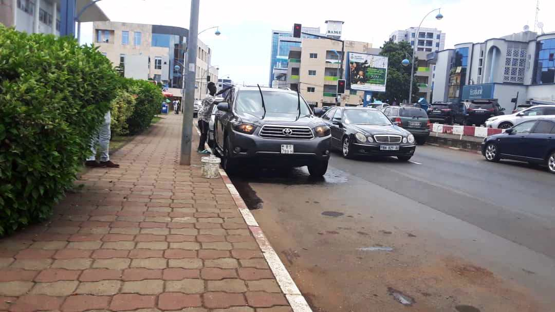 Hasta 65.000 Francos CFA de multa y más si lavas o dejas lavar el coche en la vía pública