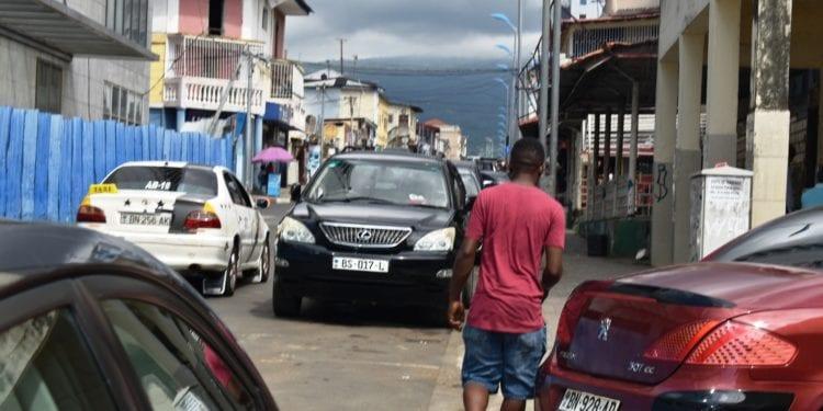 La promesa de la alcaldesa de Malabo a los chicos que lavan coches en las vías públicas