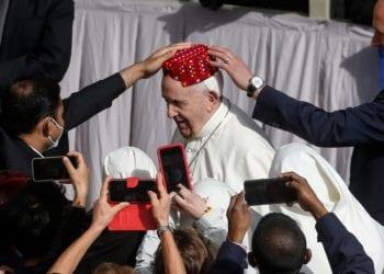 el papa Francisco sonriéndole a los fieles que acudieron al Vaticano. imagen de EFE