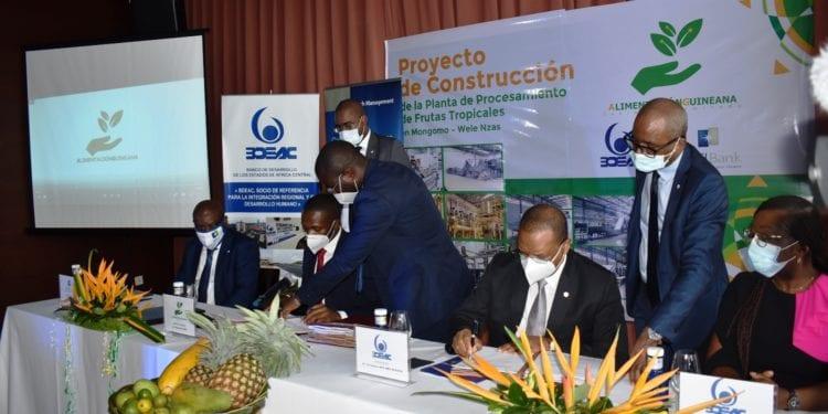 La empresa Alimentación Guineana firma un acuerdo de financiación de 3.846 millones de francos con el BDEAC y BGFIBank para la creación de una planta de procesamiento de frutas tropicales en Kom-Esambira