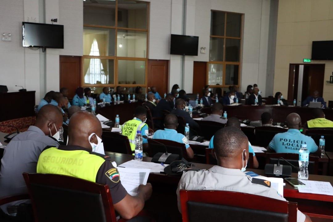 La Dirección de Bancas y Seguros instruye a los agentes de tráfico sobre el control del seguro automóvil