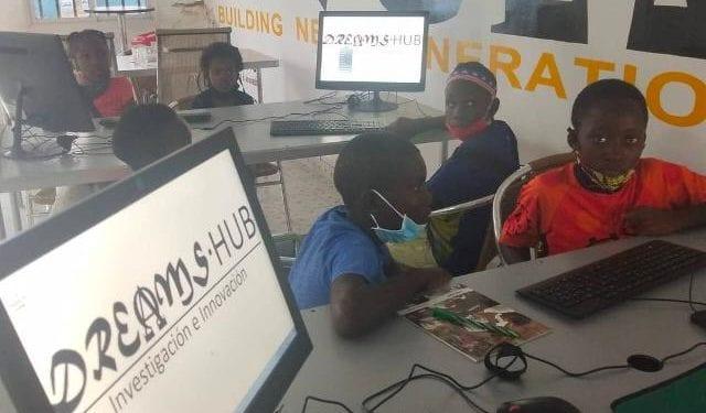 Niños utilizando los ordenadores en la sede de Dreams Hub