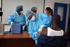 Covid-19: Sanidad paraliza temporalmente la administración de la primera dosis de la vacuna en todo el país