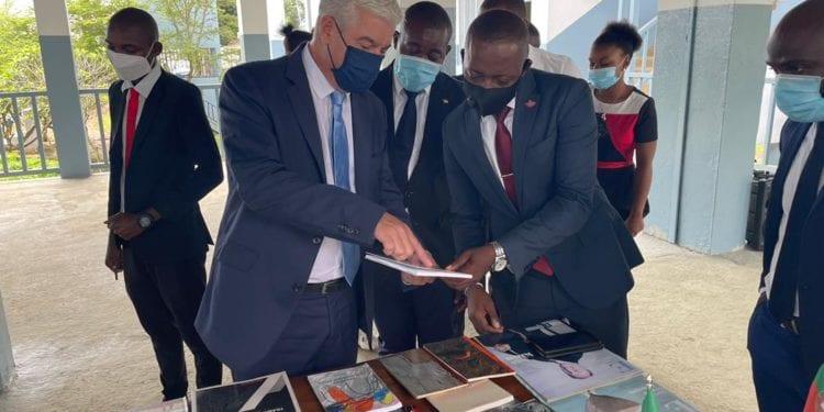La embajada de Portugal en Guinea Ecuatorial dona una mini biblioteca de libros en lengua portuguesa al instituto Rey Malabo