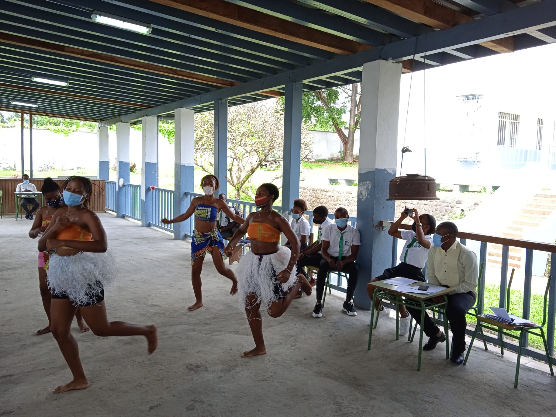 La embajada de Portugal en Guinea Ecuatorial dona una mini biblioteca al instituto Rey Malabo